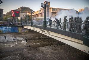 Cile: i carabineros fanno cadere nel Rio Mapocho un giovane di 16 anni