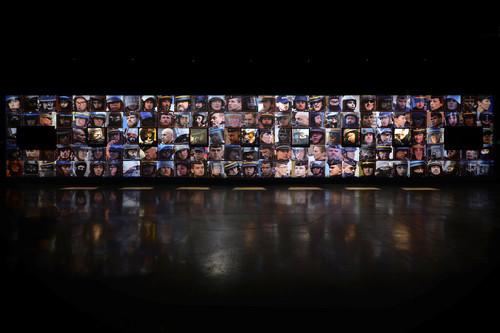 """Per una mostra intitolata """"Capture"""", il signor Cirio ha messo insieme 1,000 foto di volti degli ufficiali di polizia che ha raccolto da internet o da fotografi che hanno partecipato alle proteste in Francia. Ha descritto il progetto come il primo passo nello sviluppo dell'app di riconoscimento facciale."""