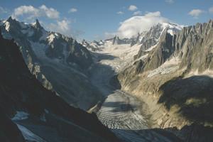 Il Mer de Glace, sul versante settentrionale del Monte Bianco, è il più grande ghiacciaio francese e si sta ritirando rapidamente, come molti altri nelle Alpi