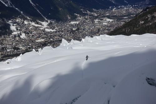 La città di Chamonix in una delle sue apparizioni migliori - con un mano di neve. Le nevicate si stanno alzando sulle montagne che circondano Chamonix e negli ultimi 50 anni le nevicate sotto i mille metri sono diminuite del 40%