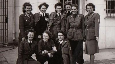 L'Escadron bleu, les héroïnes oubliées.  En 1945, un groupe de 11 femmes est chargé de rapatrier leurs compatriotes éparpillés par le conflit à travers l'Europe. À la tête de l'Escadron Bleu, une certaine Madeleine Pauliac.