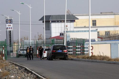 Una stazione di polizia presso il cancello principale del Centro di servizi di formazione per l'istruzione e le competenze professionali della città di Artux, nella regione dello Xinjiang della Cina occidentale