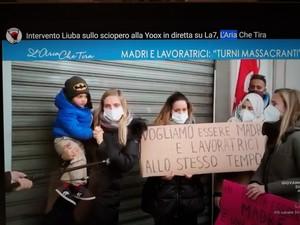 Le dipendenti di Yoox, Bologna Interporto, in sciopero da giorni.