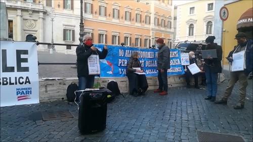 Il presidio a Roma del 18 dicembre 2020 in Piazza Montecitorio, dalle 14.30 alle 18.30.  Al microfono Vito Meloni della Segreteria Nazionale di Rifondazione Comunista.
