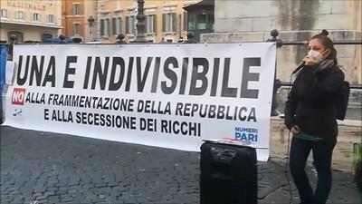 """Margherita Grazioli del Movimento per il diritto all'abitare illustra come  la proposta d'instaurare """"l'autonomia differenziata"""" tra regioni aggraverà la divisione tra cittadini di serie A e cittadini di serie B."""