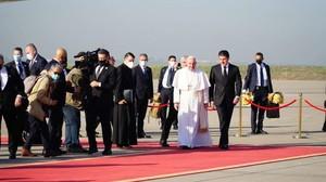 Papa Francesco accolto dal presidente Barzani all'aeroporto di Erbil