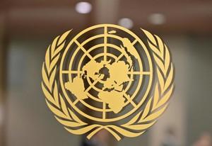 Il logo dell'ONU come è visibile all'ingresso