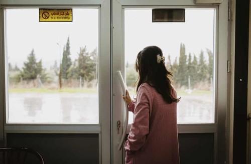 Donna Yazidi che esce da una porta