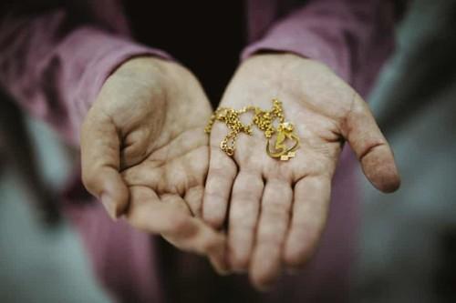 Una donna yazida che ha deciso di ricongiungersi con sua figlia a dispetto della sua comunità mostra una collana che ha comprato il giorno prima come regalo per lei.