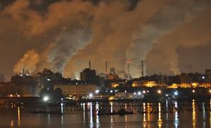 Stabilimento siderurgico di Taranto di notte