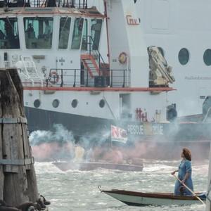 Jane Da Mosto, scienziata e attivista, durante una manifestazione a Venezia contro i giganti del mare