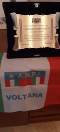 La targa consegnata dall'ANPI di Voltana per i cento anni dalla nascita di Luciano Marescotti.