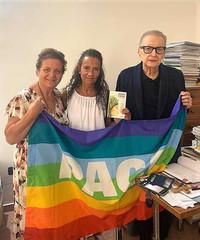 Agnese Ginocchio dona il libro Memoria e futuro a Raffaele Nogaro
