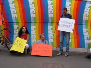 Milano, 4 giugno 2004. Manifestazione di protesta contro la politica estera degli Stati Uniti organizzata da un gruppo di attivisti del movimento umanista.