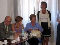 In piedi la Presidente di IPB-Italia, accanto ad alcuni premiati