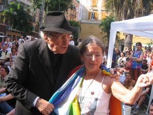Genova, 20 luglio 2004, piazza Alimonda. Don Andrea Gallo, della comunita' di San Benedetto al Porto, assieme ad Haidi Giuliani.