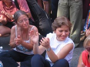 Genova, 20 luglio 2004, piazza Alimonda. Alle 17,27 tutta la piazza da' il via ad un lunghissimo applauso per ricordare Carlo Giuliani. Elena ed Haidi siedono nel punto in cui Carlo e' caduto al suolo