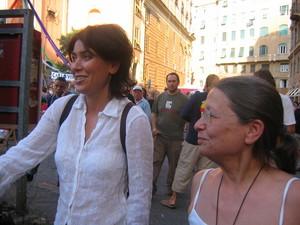 Genova, 20 luglio 2004, piazza Alimonda. Sabina Guzzanti e Haidi Giuliani.