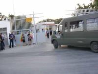 Di fronte ai cancelli della base navale di Taranto con la bandiera arcobaleno (29 agosto 2004)