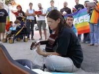 29 agosto 2004: canzoni di pace di fronte alla base navale di Taranto