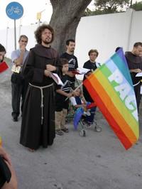 Francescani in preghiera di fronte alla nuova base navale di Taranto (28 agosto 2004)