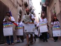 """Più a sinistra di tutti padre Daniele Moschetti, il """"leader"""" della marcia"""