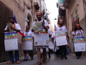 In marcia per Taranto vecchia verso l'arcivescovado il 10 settembre 2004. Ma l'incontro con l'arcivescovo non sarà possibile.