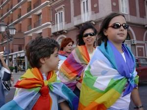 """Bambini con la bandiera della pace in una carovana festosa e serena che incontra i cittadini. Eppure qualcuno (di un gruppo """"giustizia e pace"""" che si accredita in possesso di notizie sulla Carovana) i"""