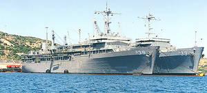 Il cambio tra la Emory Land e la Simon Lake nel 1999 (una nave appoggio per sottomarini e' sempre presente alla Maddalena dagli anni '70)