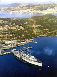 Una foto della Orion (AS-18), nave appoggio per sottomarini nucleari, ormeggiata all'Isola di Santo Stefano (la Maddalena e' sullo sfondo). A fianco si puo' vedere un sottomarino nucleare.