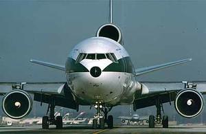 aereo sulla pista di rullaggio