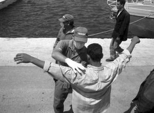 Italia - Controllo clandestini dopo lo sbarco