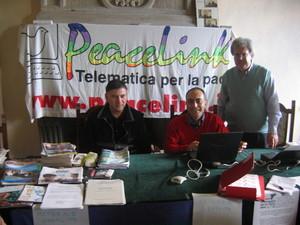 Marino Marinelli e Alessandro Marescotti, due dei tre fondatori dell'associazione, posano assieme a Roberto Del Bianco.