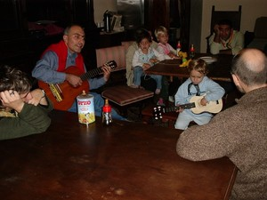 """Ancora le chitarre in una serata musicale; e con un futuro """"peacelinker"""" che già si cimenta negli accordi :-)"""