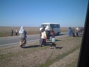 Donne e bambini in cammino verso il posto dove si celebrera' il Newroz