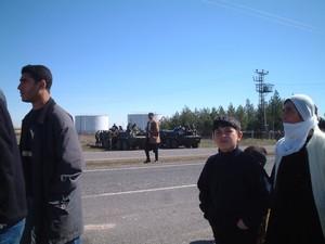 Sullo sfondo, blindati dell'esercito turco