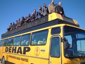 Arriva il camion del Dehap, il partito democratico curdo nato dopo che il precedente Hadep era stato dichiarato fuorilegge dal governo turco.