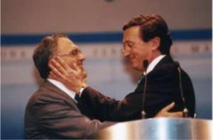 Fisichella abbraccia Fini. Un'immagine tratta dalla sua attività politica del 2001.