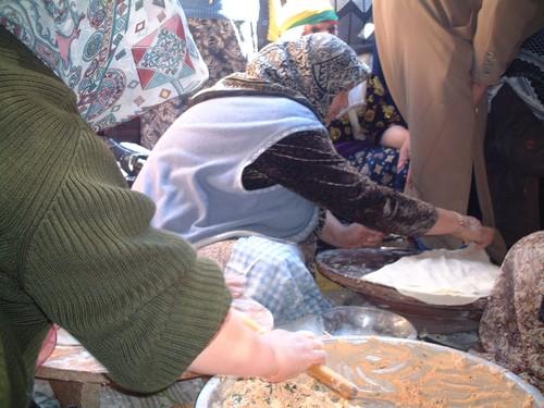 Donne che preparano il pane