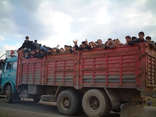 E' ora di tornare, cosi' come si e' arrivati, su camion pieni di gente