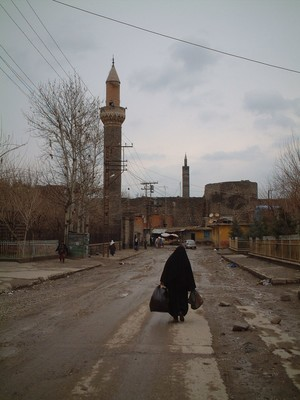 Donna curda, in una strada di Diyarbakir