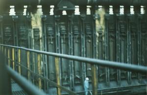 Foto 16 - Cokeria. Qui siamo sotto il piano coperchi; il fumo giallo contenente IPA cancerogeni fuoriesce liberamente (vedere parte superiore) e finisce sul piano coperchi investendo gli addetti visib