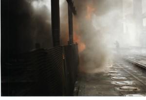 Foto 13 - Fumo in parte incendiato che fuoriesce dai forni della cokeria. Questi fumi contengono IPA cancerogeni. Sullo sfondo un operaio