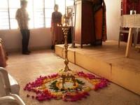 il kuthuvizhakku simboleggia il risveglio dei cinque sensi dell'uomo e della sua spiritualità. E' l'auspicio alla ricostruzione materiale e spirituale.