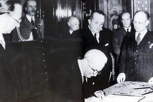 Roma, 27 dicembre 1947 (Palazzo Giustiniani) - Enrico De Nicola firma l'atto di promulgazione della costituzione della Repubblica Italiana.