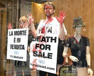 Gli attivisti della Peta, la più grande associazione animalista del mondo che ha tra i suoi testimonal Paul McCartney e Pamela Anderson, hanno fatto irruzione intorno alle ore 11.30 nella boutique di Prada di Milano, dove è in corso la manifestazione Moda