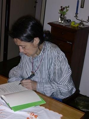"""Chiara Castellani scrive una dedica sul suo ultimo libro: """"Una lampadina per Kimbau"""" (Mondadori)."""