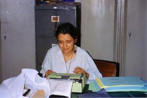 Chiara Castellani e la vecchia Olivetti che suo padre le aveva inviato in America Latina. L'ha accompagnata nella sua avventurosa vita di medico e di chirurgo di guerra. Attualmente è passata al compu