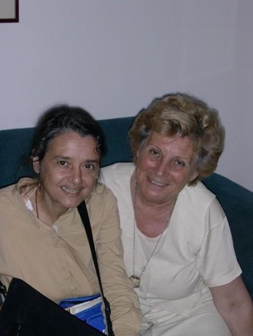 """Chiara Castellani e Mariapia Bonanate. Dice Mariapia: """"Ho avuto la fortuna di essere fra i destinatati delle sue lettere scritte nella savana a lume di candela, sulla vecchia Olivetti"""". (""""Una lampadi"""