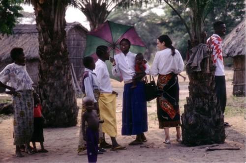 Kimbau è un piccolo villaggio nella savana della Repubblica Democratica del Congo. Vi sorge un vecchio ospedale gestito dalla dottoressa Chiara castellani.